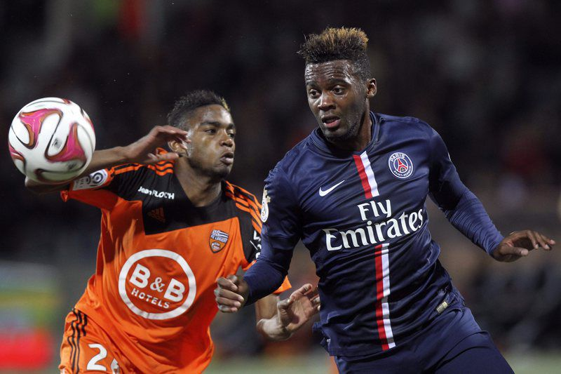 Bahebeck (D) disputa a bola com Yoann Wachter  • epa04472522 Jean Christophe Bahebeck of PSG vies for the ball against Yoann Wachter of FC Lorient on his goal scoring action during the French Ligue 1 soccer match between FC Lorient and PSG at the Moustoir Stadium in Lorient, France, 01 November 2014.  • EPA/EDDY LEMAISTRE