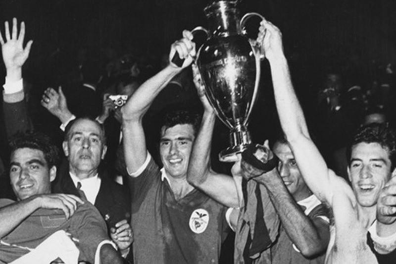 José Águas com o troféu da conquista da Taça dos Clubes Campeões Europeus de 1961