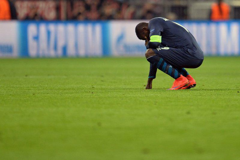 Bayern Munich vs FC Porto • epa04715191 Porto's Jackson Martinez kneels dejected on the pitch after losing the UEFA Champions League quarter final second leg soccer match between FC Bayern Munich and FC Porto at Allianz Arena stadium in Munich, Germany, 21 April 2015. Bayern performed the comeback of the season to massacre feeble Porto 6-1 and go through on an emphatic 7-4 aggregate.  EPA/ANDREAS GEBERT • Lusa