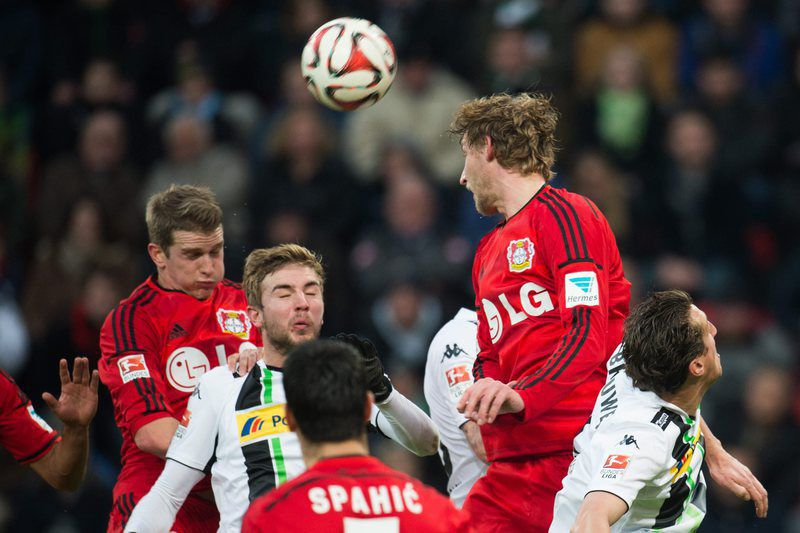 Lars Bender e Kiessling disputam a bola • Leverkusen's Lars Bender (L) and Stefan Kiessling (2R) and Moenchengladbach's Christoph Kramer (2L) and Roel Brouwers vie for the ball during the German Bundesliga match between Bayer Leverkusen and Bor. Moenchengladbach at the Bay Arena in Leverkusen, Germany, 14 December 2014.  • EPA/BERND THISSEN
