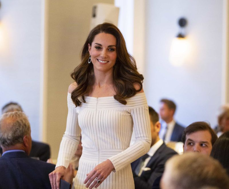 Simples e elegante! Kate Middleton deslumbra com visual branco