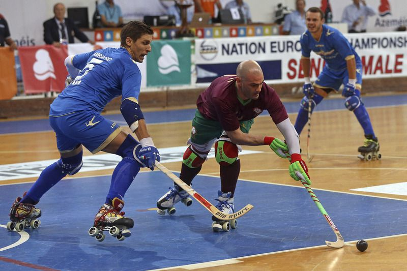 Roller Hockey European Championship 2016: Portugal vs Italy • Portugal  Helder Nunes (C) in action against Italy's Federico Ambrosio during their Roller Hockey European Championship 2016 final match, held in Oliveira de Azemeis, Portugal, 16th July 2016. JOSE COELHO/LUSA • Lusa