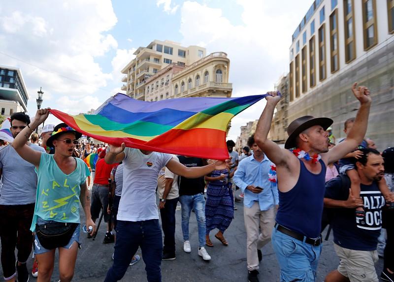 Polícia interrompe marcha pelos direitos LGBT em Cuba