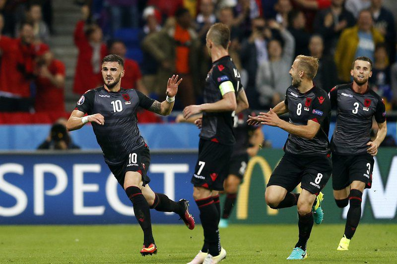 Armando Sadiku (E) celebra o golo da Albânia • epa05378050 Armando Sadiku (L) of Albania celebrates after scoring the 1-0 lead during the UEFA EURO 2016 group A preliminary round match between Romania and Albania at Stade de Lyon in Lyon, France, 19 June 2016. (RESTRICTIONS APPLY: For editorial news reporting purposes only. Not used for commercial or marketing purposes without prior written approval of UEFA. Images must appear as still images and must not emulate match action video footage. Photographs published in online publications (whether via the Internet or otherwise) shall have an interval of at least 20 seconds between the posting.)  • EPA/YURI KOCHETKOV