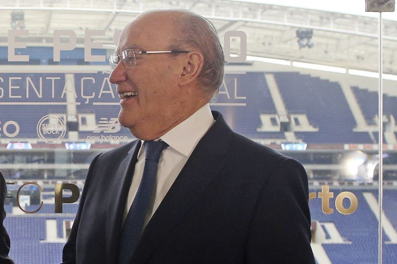 FC Porto's new coach Jose Peseiro presentation • FC Porto's new Portuguese head coach Jose Peseiro (L) and FC Porto President Jorge Nuno Pinto da Costa (R) shake hands during Peseiro's official presentation at the Dragao stadium in Porto, Portugal, 21 January 2016. Jose Peseiro signed a one and a half -year contract. JOSE COELHO/LUSA • Lusa