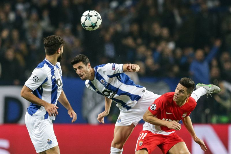 epa06372303 FC Porto's Ivan Marcano (C) in action against Monaco FC's Guido Carrillo (R) during their Champions League Group G soccer match held at Dragao stadium, Porto, Portugal, 6th December 2017.  EPA/JOSE COELHO