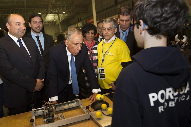 Jovens construtores de robôs competem de olho no campeonato mundial