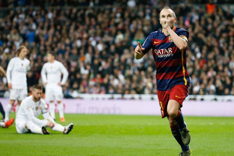 Andrés Iniesta (D) celebra o terceiro golo do Barça • Andres Iniesta (R) celebrates after scoring the 0-3 lead against Real Madrid during the Spanish Liga Primera Division soccer match played at Santiago Bernabeu stadium in Madrid, Spain, 21 November 2015.  • EPA/JuanJo Martin