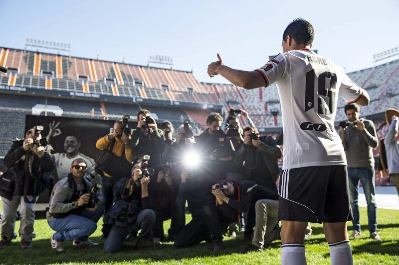 Enzo Pérez na sua apresentação no Mestalla •  Enzo Perez poses for photographers during his presentation as new Primera Division's team Valencia CF at Mestalla stadium, in Valencia, eastern Spain, 02 January 2015. Perez comes from Portuguese Benfica team for 25 million euro. Some 8,000 supporters attended the presentation.  • EPA/MANUEL BRUQUE