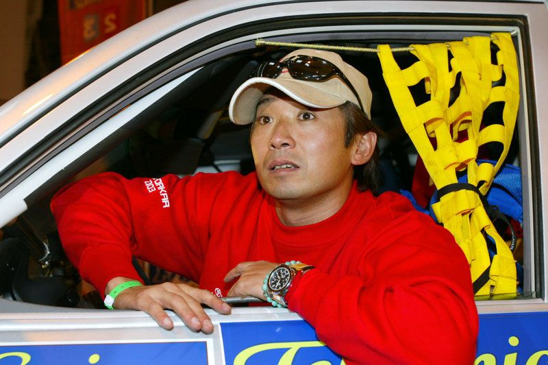 Ukyo Katayama em Marselha, em 2002 • apanese Ukyo Katayama arrives with his car 30 December 2002 in Marseille, for technical inspections on the 25th Paris-Dakar rally. The former Formula One driver will drive a Toyota HDJ100. The rally will start 01 January 2003 in Marseille and end 19 January in Charm-el-Cheik (Egypt) • EPA PHOTO AFP/PATRICK HERTZOG