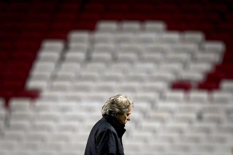 Jesus no último jogo europeu da temporada • SL Benfica's head coach Jorge Jesus reacts at the end of their UEFA Champions League Group C match against Bayer 04 Leverkusen held at Luz Stadium in Lisbon, Portugal, 09 December 2014.  • EPA/MARIO CRUZ