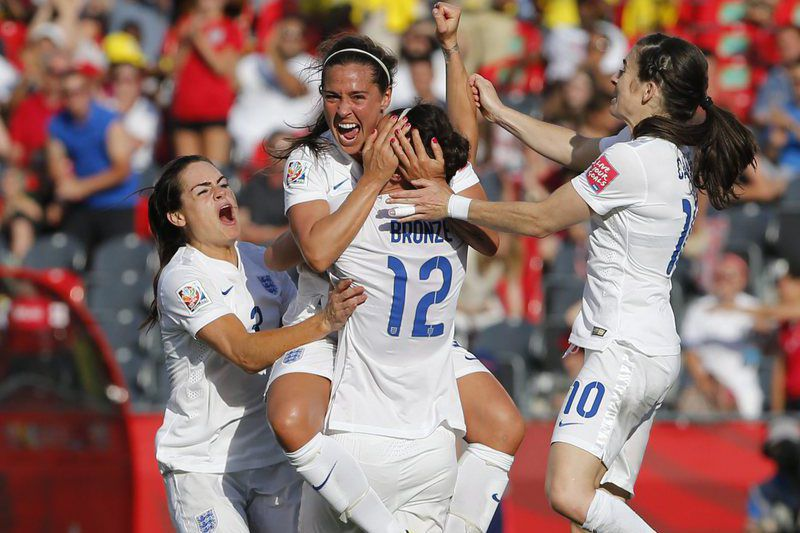 Fara Williams (4) e Lucy Bronze celebram o golo da Inglaterra • Fara Williams (4) and Lucy Bronze (12) celebrate after the teams second goal during the FIFA Women's World Cup 2015 Round of 16 match between Norway and England in Ottawa, Canada, 22 June 2015. •  EPA/Chris Roussakis