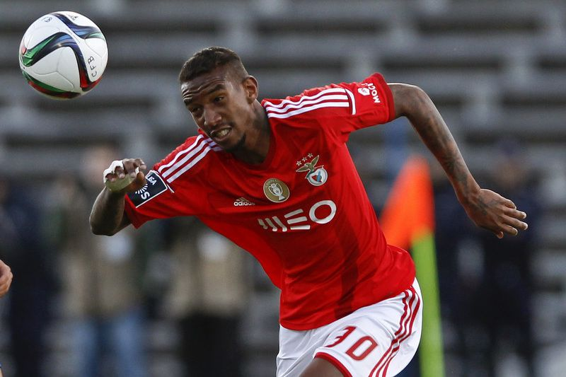 Belenenses vs SL Benfica • Belenenses's player Carlos Martins (L) vies for the ball against SL Benfica's player Talisca (R) during their Portuguese First League soccer match held at Restelo Stadium in Lisbon, Portugal, 18 April 2015. STEVEN GOVERNO/LUSA • Lusa
