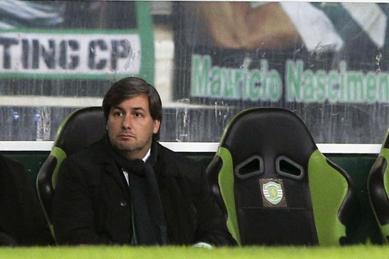 Sporting vs Estoril-Praia • Sporting's head coach Marco Silva (R) accompanied by the President Bruno de Carvalho (L) during the Portuguese First League soccer match held against Estoril-Praia at Alvalade stadium in Lisbon, Portugal, 03 January 2015. MANUEL DE ALMEIDA/LUSA • © 2015