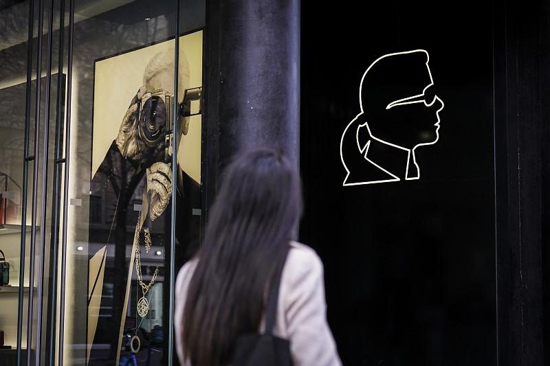 5590f615c3fd9 Mundo da moda chora a morte de Karl Lagerfeld - Atualidade - SAPO ...