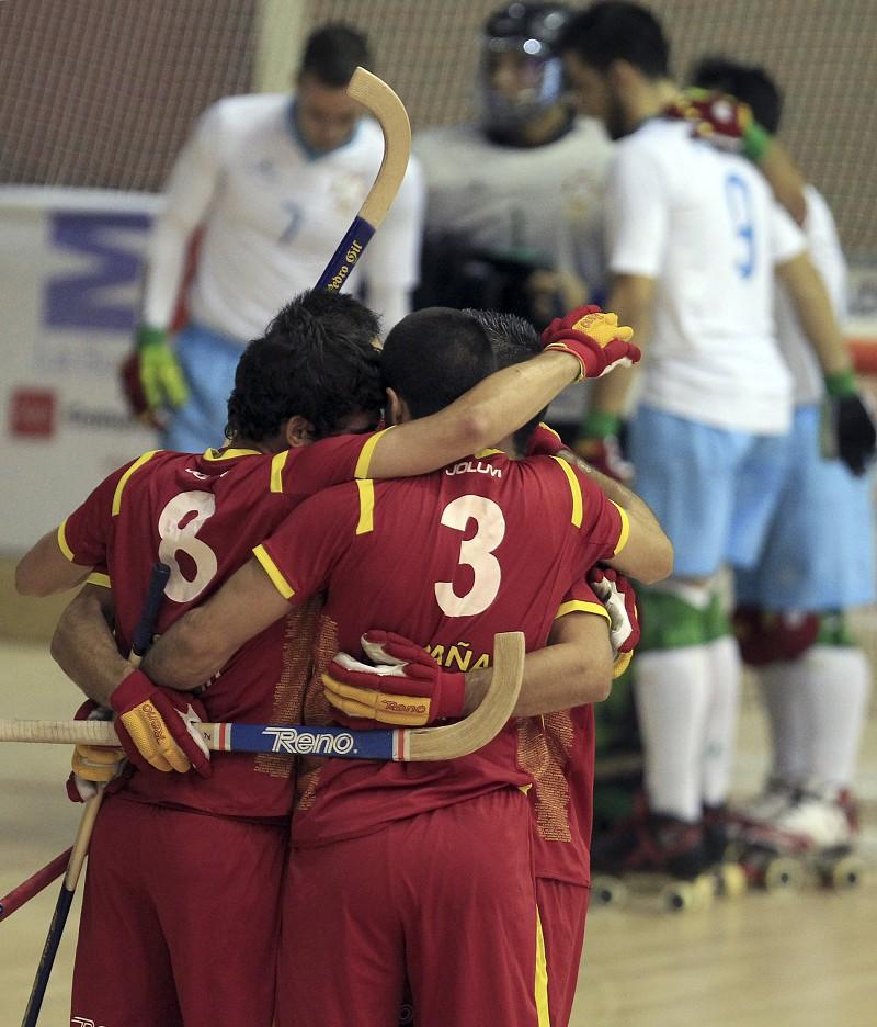 Europeu de hóquei em patins  Espanha vence França e espera na final por  Portugal ou Os jogadores da Espanha festejam um golo ... 6ef0a459b06c8