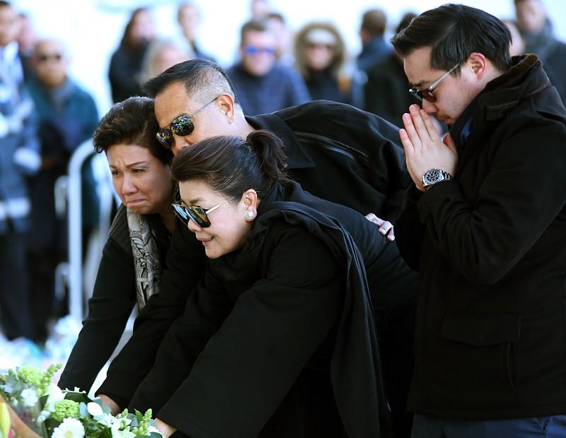 Família do presidente do Leicester presta homenagem no local do acidente