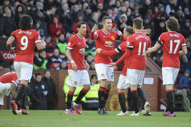Robin Van Persie celebra golo com os colegas • Manchester Uniteds Robin Van Persie celebrates scoring the opening goal with teammates during the English Premier League soccer match Manchester United vs Leicester City in Manchester, Britai, 31 January 2015.  • EPA/DAVID RICHARDS