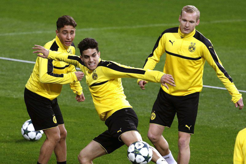 Emre Mor (E) no treino do Borussia Dortmund • epa05662802 (L-R) Borussia Dortmund's Emre Mor, Marc Bartra and Sebastian Rode during a training session at Santiago Bernabeu stadium in Madrid, Spain, 06 December 2016. Real Madrid will face Borussia Dortmund in a Champions League soccer match the upcoming 07 December.  • EPA/Kiko Huesca