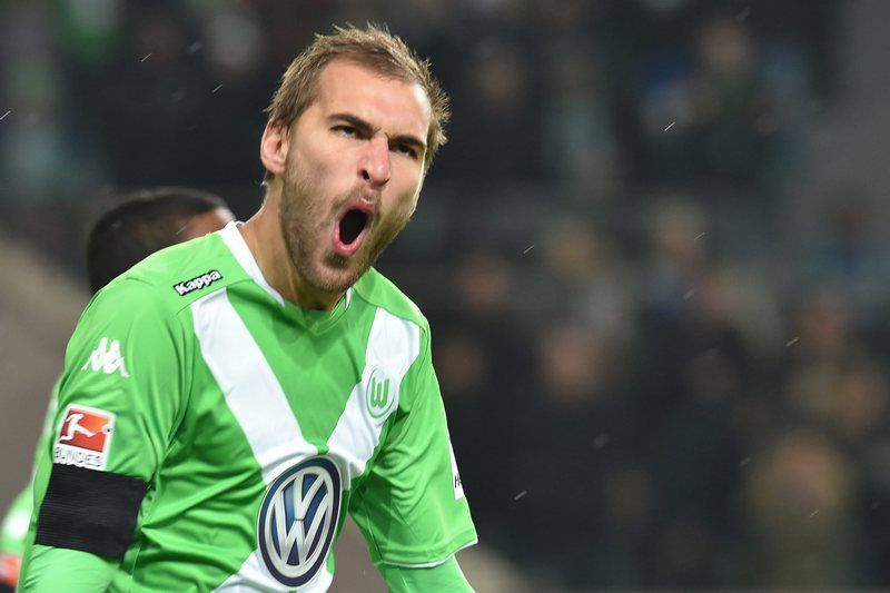 Bas Dost marcou dois dos quatro golos da partida • Bas Dost of VfL Wolfsburg celebrates scoring the opening goal during the German Bundesliga match VfL Wolfsburg vs FC Bayern Munich in Wolfsburg, Germany, 30 January 2015. (ATTENTION: Due to the accreditation guidelines, the DFL only permits the publication and utilisation of up to 15 pictures per match on the internet and in online media during the match.) • EPA/CARMEN JASPERSEN