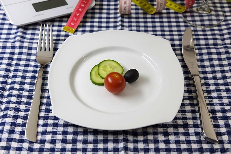 Comer menos pode fazer-nos viver mais. Pelo menos é o que desconfiam alguns cientistas