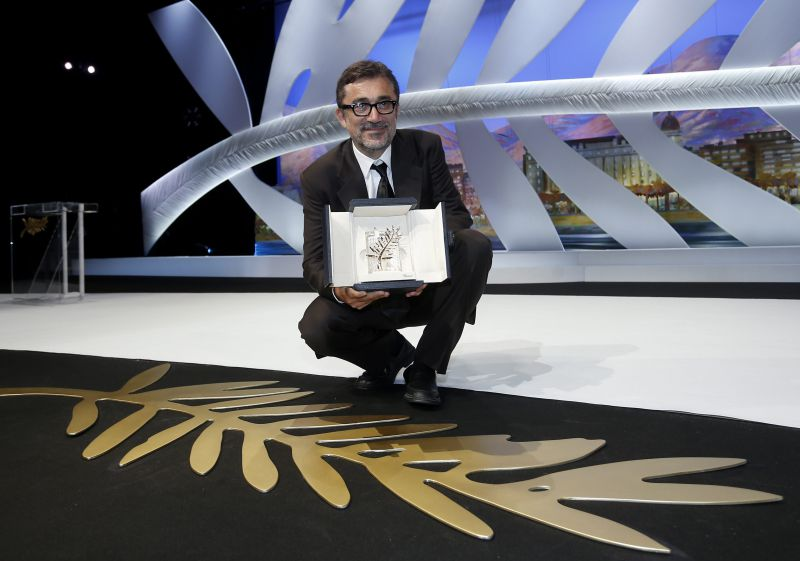 epa04222941 Turkish director Nuri Bilge Ceylan poses with the Palme d'Or (Golden Palm) award for his movie 'Winter Sleep' during the Closing Award Ceremony of the 67th Cannes Film Festival, in Cannes, France, 24 May 2014.  EPA/IAN LANGSDON
