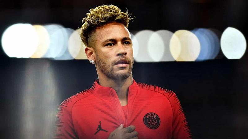 Neymar revolta-se após ser acusado pelos fãs de beijar modelo em festa