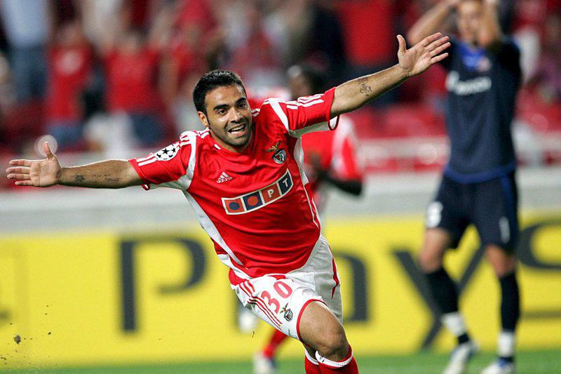 Miccoli, ao serviço do Benfica, em 2005 • epa00529049 Benfica's Miccoli celebrates after scoring against Lille, during their Champions League Group D football match at Luz Stadium in Lisbon , Wednesday 14 September 2005.  • EPA/PAULO CARRICO