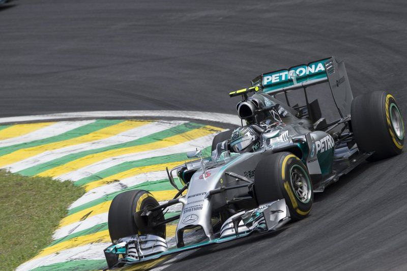 Rosberg vence GP do Brasil • epa04482873 German driver Nico Rosberg of Mercedes competes during the Brazilian Formula One Grand Prix at the Interlagos race track in Sao Paulo, Brazil, 09 November 2014.  EPA/BOSCO MARTIN