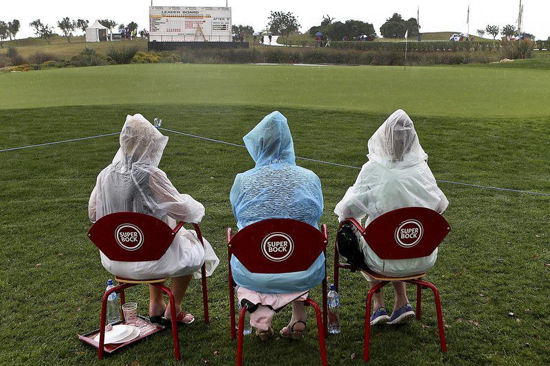 Portugal Masters interrompido devido à chuva • Spectators wait as play is suspended due to rain at the Portugal Masters 2014 golf tournament at Oceanico Victoria Golf Club in Vilamoura, Algarve, southern Portugal, 10 October 2014.  • EPA/LUIS FORRA