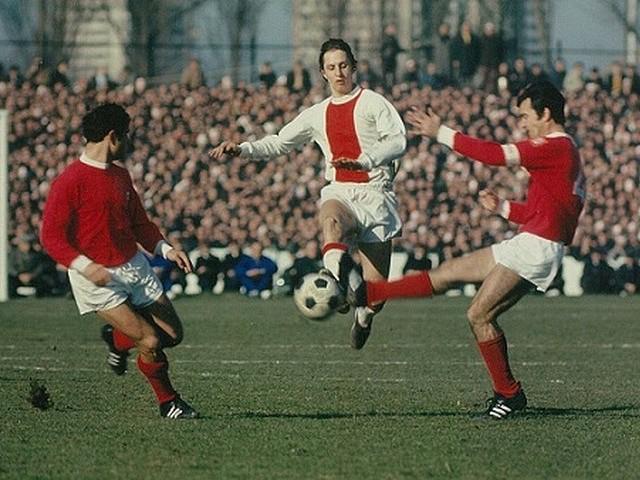 Johan Cruijff em ação no jogo em Paris no jogo entre Ajax e Benfica em 1969