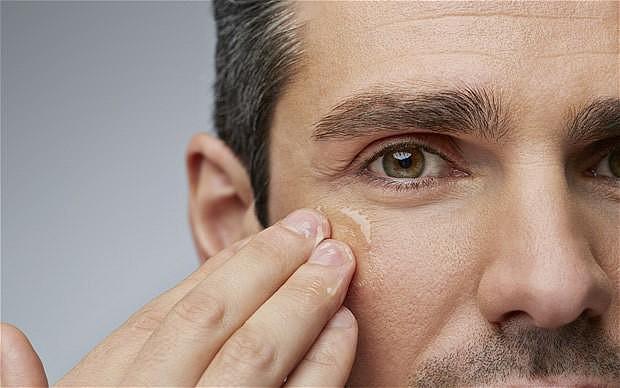 Homem massageando olheira - Olheiras em homens