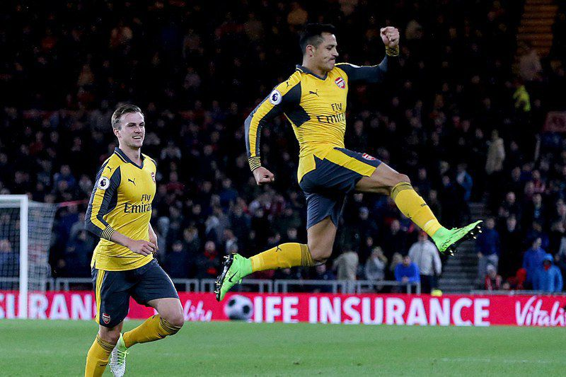 Alexis Sanchéz celebra um golo do Arsenal frente ao Middlesbrough  • EPA/Nigel Roddis