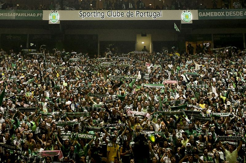 Sporting, adeptos • Sporting CP supporters wait for their team at Stadium Alvalade XXI in Lisbon after they win the Portuguese Cup Final match against SC Braga held at Jamor Stadium in Oeiras, outskirts of Lisbon, Portugal, 31 May 2015. MIGUEL A. LOPES/LUSA • © 2015