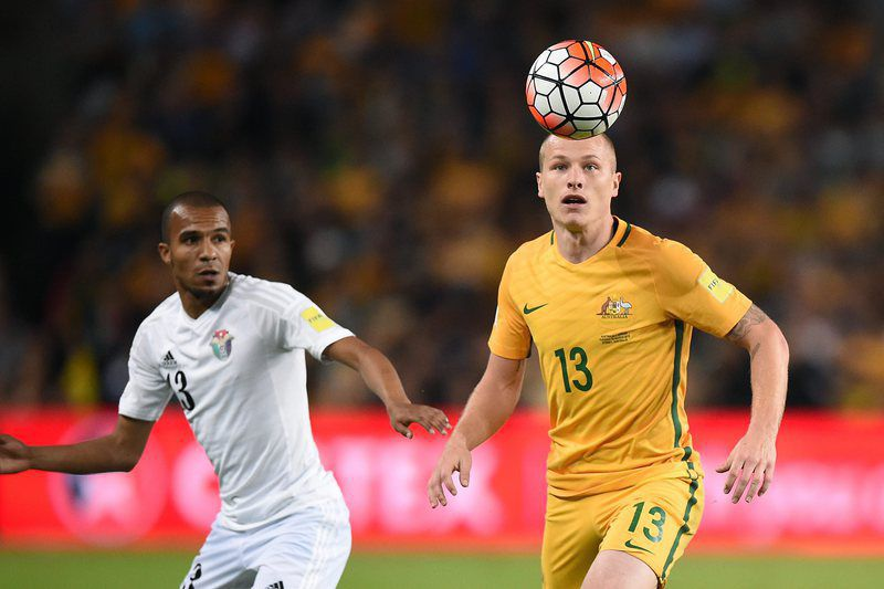 Aaron Mooy (D) durante um jogo de qualificação para o Mundial2018 • epa05234405 Aaron Mooy (R) of Australia controls the ball during the 2018 FIFA World Cup Group B qualifying match between Australia and Jordan at the Sydney Football Stadium, in Sydney, Australia, 29 March 2016. • EPA/DAN HIMBRECHTS