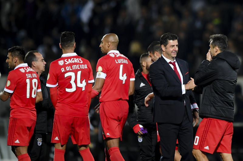epa06310643 Benfica's head coach Rui Vitoria (2R) celebrates with players their win over Vitoria de Guimaraes after their Portuguese First League soccer match, held in D. Afonso Henriques stadium, Guimaraes, Portugal, 05 November 2017.  EPA/HUGO DELGADO