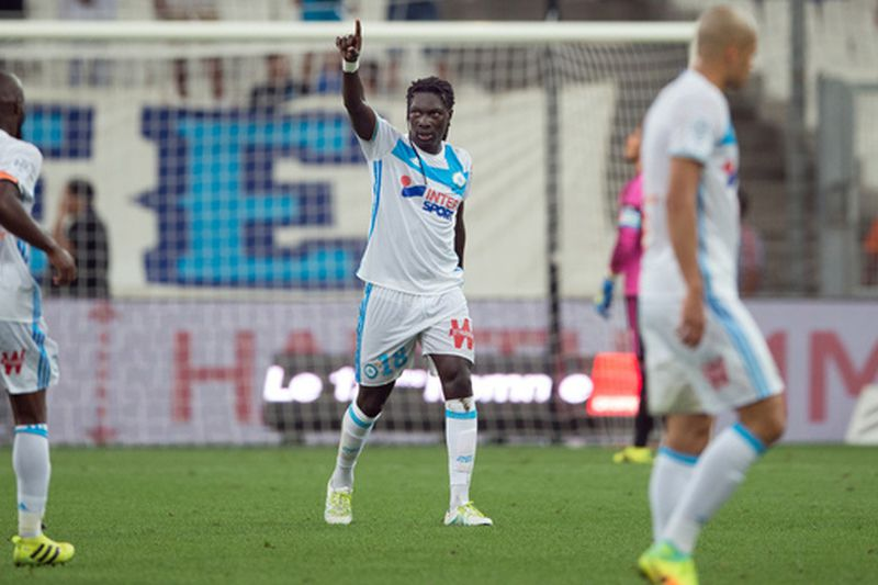 Bafetimbi Gomis (C) celebra o golo do Marselha • Olympique de Marseille's French forward Bafetimbi Gomis (C) gestures after scoring during the French Ligue 1 football match Olympique de Marseille versus Lorient on August 26, 2016 at the Velodrome stadium in Marseille, southern France.  • AFP PHOTO / BERTRAND LANGLOIS