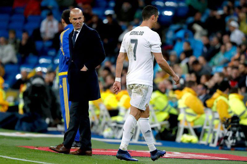873e1d80bbcc89b7676c33d4d2195f1ba103bbde.jpg • epa05269580 Real Madrid's French coach Zinedine Zidane (L) watches Real Madrid's Portuguese Cristiano Ronaldo (R) at the end of the Spanish Liga Primera Division soccer match against Villarreal played at the Santiago Bernabeu stadium in Madrid, Spain, 20 April 2016.  EPA/JuanJo Martín • EPA/JuanJo Martín
