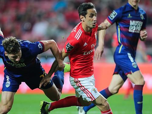 Benfica  Jonas em Madrid para prevenir problema nas costas fb09c6cc0f3fc