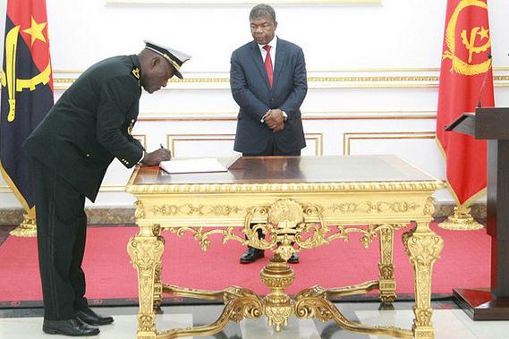 Presidente da República empossa novo comandante da Marinha de Guerra