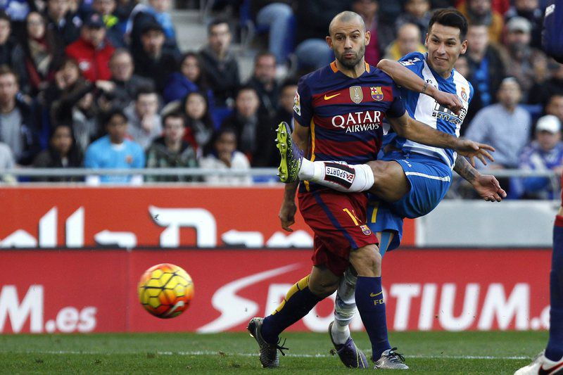 RCD ESPANYOL VS FC BARCELONA • epa05086204 RCD Espanyol's Paraguayan Hernan Perez (R) fights for the ball with FC Barcelona's Javier Mascherano during the Spanish Primera Division soccer match between Espanyol Barcelona and FC Barcelona at Cornella-El Prat stadium in Barcelona, northeastern Spain, 02 January 2016.  EPA/QUIQUE GARCIA • Lusa