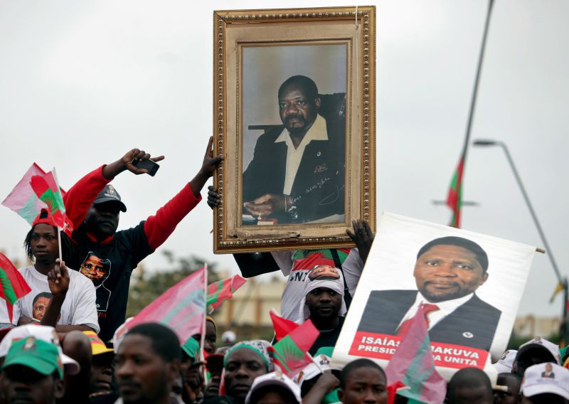 """Família de Savimbi diz-se """"finalmente em paz"""" após receber restos mortais do político"""