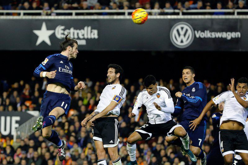 da35031d46d67570572422027e333e1972501842.jpg • epa05087151 Real Madrid's Welsh Gareth Bale (L) heads the ball to score against Valencia CF during their Spanish Primera Division soccer match at Mestalla stadium in Valencia, eastern Spain, 03 January 2016.  EPA/Juan Carlos Cardenas • Juan Carlos Cardenas / EPA