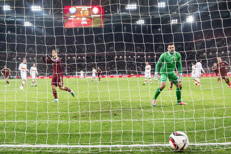 Kokorin marca uma grande penalidade para os russos • epa04975280 Aleksandr Kokorin (L-back) of Russia scores a penalty against goalie Milan Mijatovicc (R) of Montenegro during UEFA EURO 2016 qualifying Group G soccer match between Russia vs Montenegro in Moscow, Russia, 12 October 2015.  • EPA/SERGEI ILNITSKY
