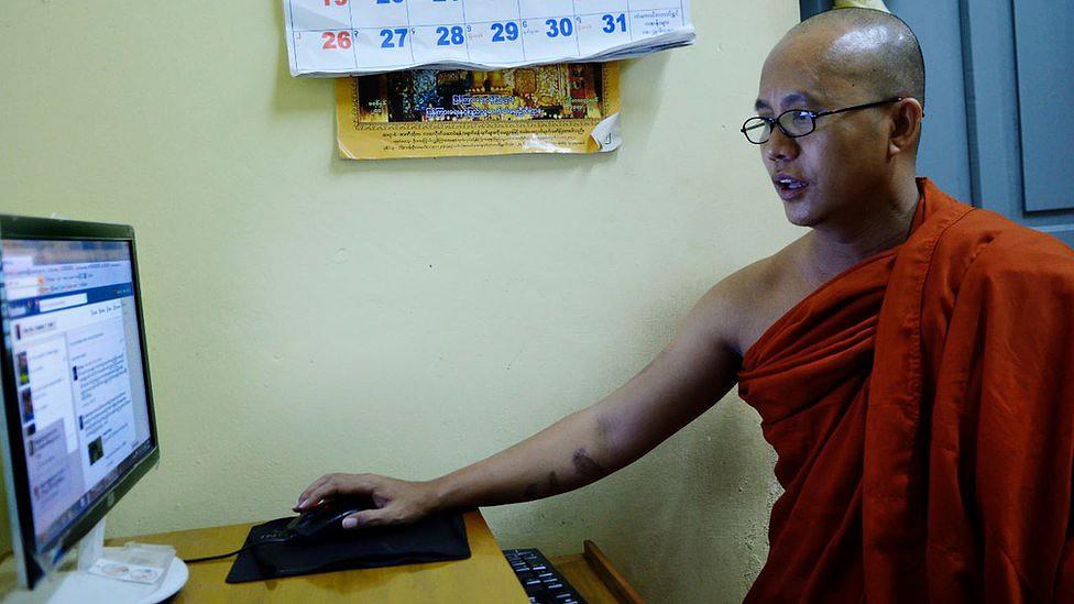 Wirathu costumava passar horas atualizando sua página de mídia social de seu mosteiro em Mandalay