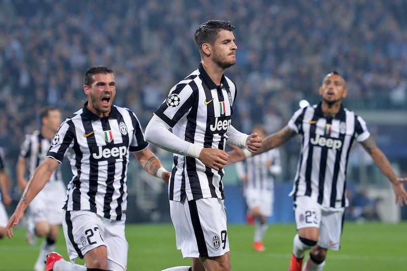 Juventus - Real Madrid • epa04734585 Juventus' Alvaro Morata (C) jubilates with his teammates after scoring the 1-0 goal during the UEFA Champions League semifinal soccer match Juventus FC vs Real Madrid CF at the Juventus Stadium in Turin, Italy, 05 May 2015.  EPA/ALESSANDRO DI MARCO • Lusa