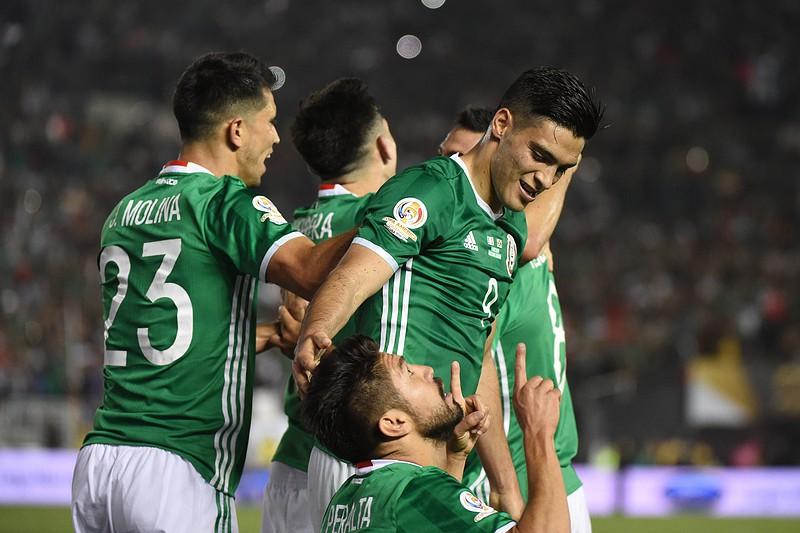 Caras conhecidas e um futebol cada vez mais  caliente   eis o veterano  México cdd9f8f375db4