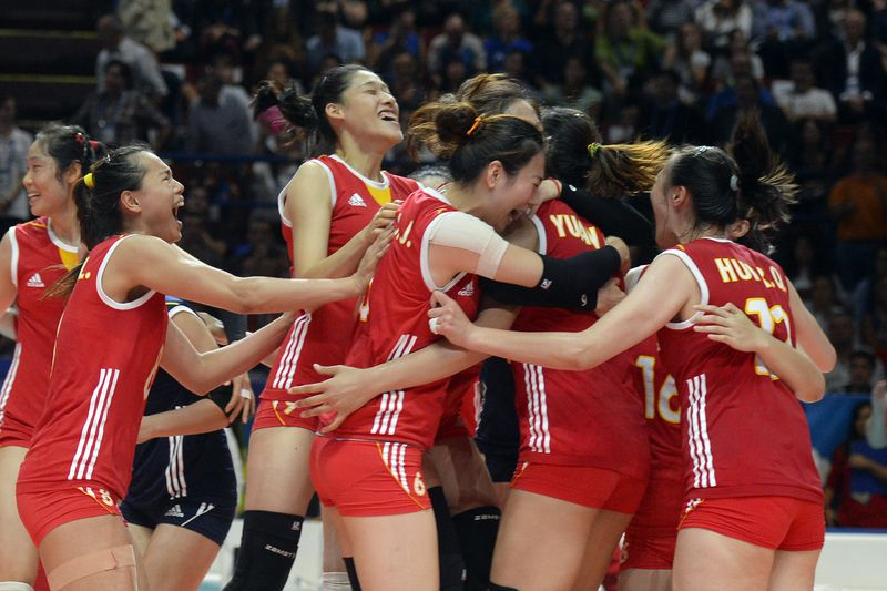 Voleibol feminino, China celebra a vitória • Chinese players celebrate after winning the Women World Championship semi-final volley-ball match Italy vs China, in Milan on October 11, 2014.  • AFP PHOTO / OLIVIER MORIN