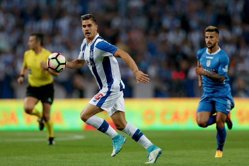 André Silva (E) em ação no FC Porto-Feirense • epa05924470 FC Porto's Andre Silva (L) vies for the ball with Feirense´s Tiago Silva during their Portuguese First League soccer match held at Dragao stadium in Porto, Portugal, 23 April 2017.  • EPA/ESTELA SILVA