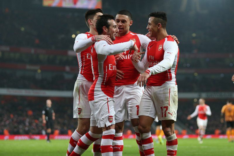 Alexis Sanchez celebra o golo frente ao Hull • Arsenal's Alexis Sanchez (R) celebrates with team-mates after scoring the 2-0 goal during the English FA Cup third round match between Arsenal FC and Hull City FC at Emirates Stadium in London, Britain, 04 January 2015.  • EPA/KIERAN GALVIN